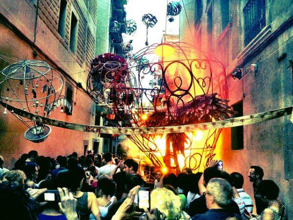 Tak prezentują się ulice podczas Festa Major de Gràcia, sierpień 2018 w Barcelonie