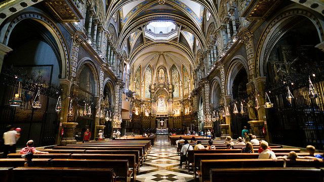 Wnętrze bazyliki. Tu właśnie wysłuchać można prób chóru, Montserrat Barcelona