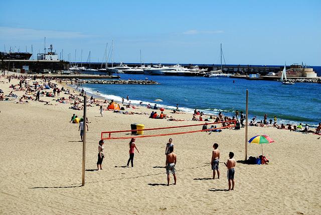 W październiku barcelońskie plaże wciąż idealnie nadają się na wypoczynek, październik 2016 w Barcelonie