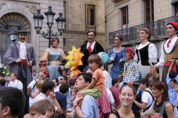 Parada gigantów towarzyszy wszystkim barcelońskim fiestom, marzec 2018 w Bracelonie