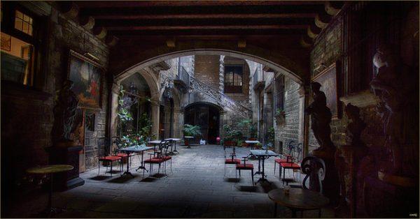 Palau Dalmases - w takim podwórzu przyjemnie jest zatrzymać się choć na chwilę, najciekawsze barcelońskie ulica