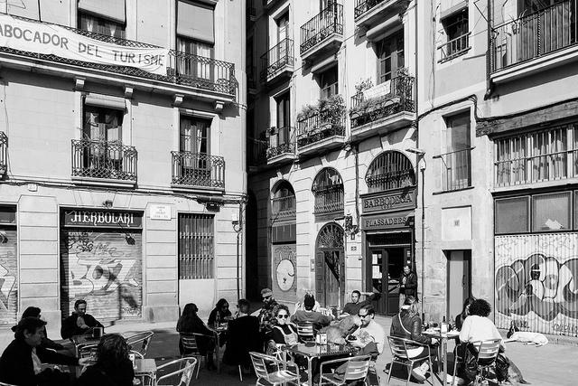 W tej dzielnicy Barcelony nie brak ulicznych knajpek, w których można przycupnąć i poczytać, Santa Maria del Mar Barcelona