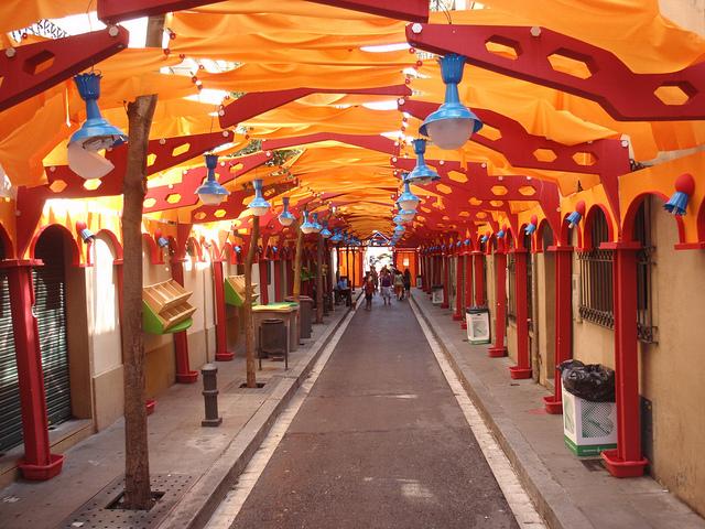 Fiesta de Gràcia to też pięknie udekorowane ulice!, sierpień w Barcelonie