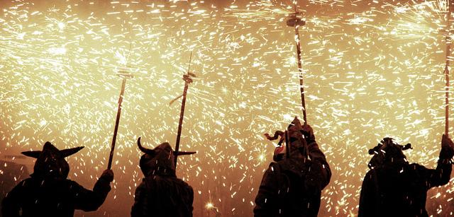 Sypiące się iskry - correfoc to tradycja, której nie może zabraknąć podczas katalońskiej fiesty, sierpień w Barcelonie