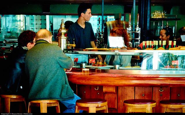 Najlepiej smakuje wprost przy barze, tapas Barcelona