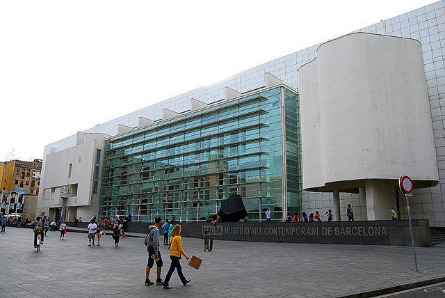 Intrygująca fasada Muzeum Sztuki Współczesnej, Muzea w Barcelonie