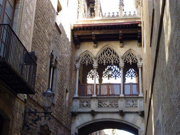 Zdradliwy mostek na Carrer del Bisbe, najciekawsze barcelońskie ulice
