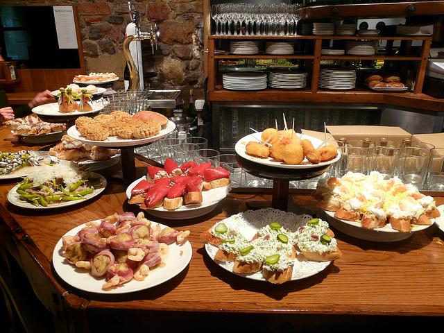 Pinchos - baskijskie przekąski serwowane na barze, tapas Barcelona