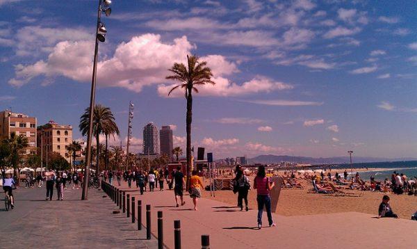 Barcelońskie plaże wspaniale nadają się nie tylko na leniuchowanie. ale i na muzyczne festiwale, lipiec 2018 w Barcelonie